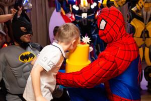 детский праздник с Спайдерменом и Бэтменом